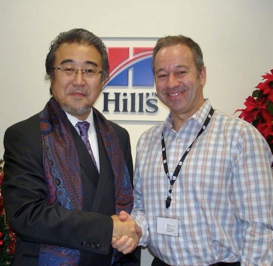 日本ヒルズ・コルゲート株式会社 ゴードン デュメシッチ社長(右)と大木トオル代表
